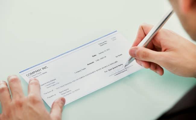 ¿Cómo es endosar un cheque?